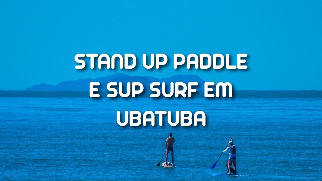 Dupla remando de Stand Up Paddle em Ubatuba com um cachorro a bordo de uma das pranchas
