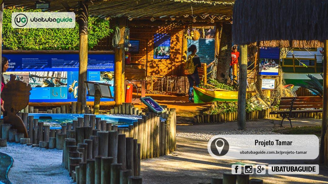 Início do circuito do Centro de Visitantes do Projeto Tamar em Ubatuba com alguns tanques e o espaço temático da pesca