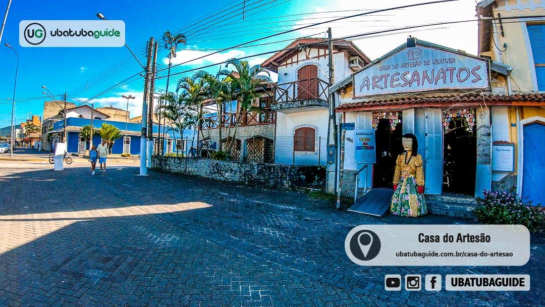 Fachada da Casa do Artesão de Ubatuba, com boneca gigante diante de uma das melhores lojas de artesanato e ótima opção para comprar lembrancinhas em Ubatuba