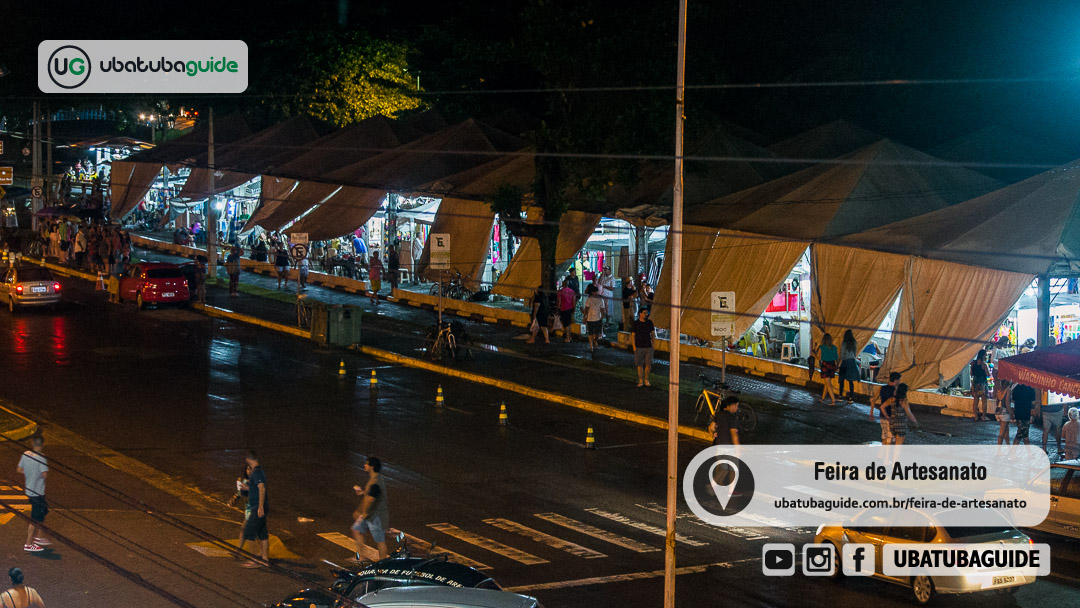 Registro da Feira de Artesanato de Ubatuba, ou Feirinha Hippie, a partir do andar superior do Shopping Fluir. Essa foto foi registrada nas proximidades da virada de ano e centenas de pessoas e veículos transitam pelo entorno da feira.