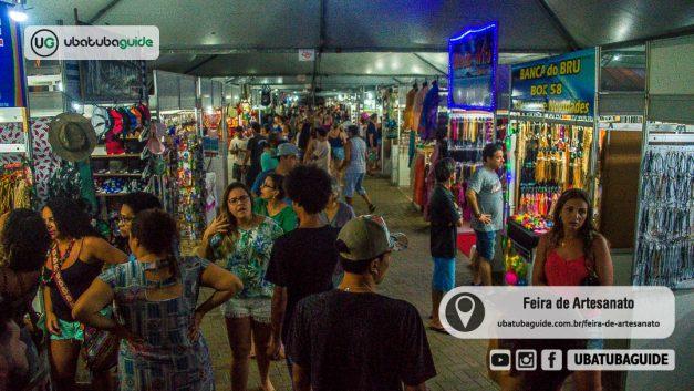 Centenas de pessoas transitando por um dos corredores da Feira de Artesanato de Ubatuba, também conhecida como Feira Hippie, e um dos mais procurados atrativos de Ubatuba