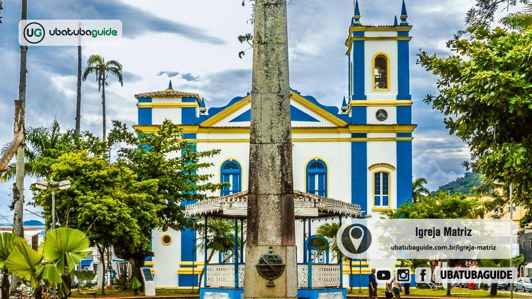 Igreja Matriz de Ubatuba atrás do Coreto e do Obelisco, Marco Zero de Ubatuba, na Praça Exaltação da Santa Cruz