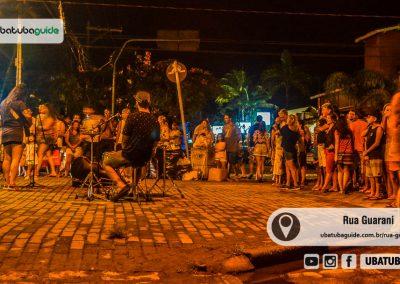 Músicos tocando em uma das calçadas da Rua Guarani em Ubatuba, um local repleto de opções do que fazer em Ubatuba