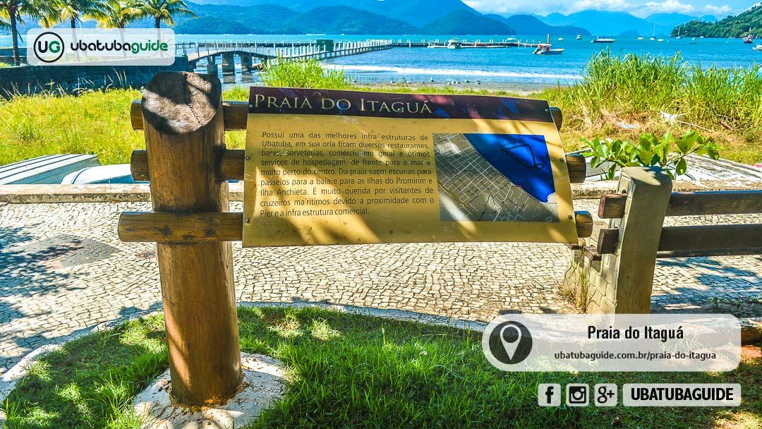 Placa turística com informações do local com o Píer Comodoro Guimarães, um dos pontos de partida para um passeio de lancha/barco em Ubatuba no Itaguá, que também oferece passeios de escuna.