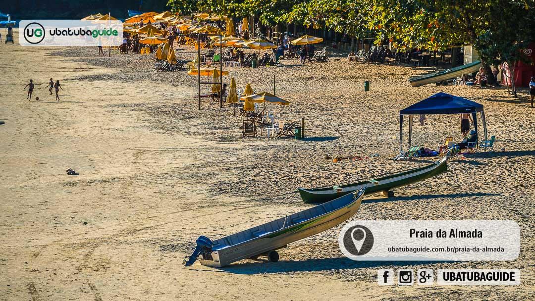 Canoa e chatinhas, uma embarcação pequena, nas areias da Praia da Almada, onde é possível contratar um passeio de barco principalmente para a Ilha dos Porcos