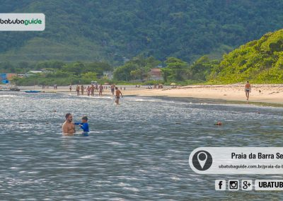 Com vista privilegiada da baía central de Ubatuba e próxima ao centro, a Praia da Barra Seca é boa para banho de mar, porém, considere o fluxo de embarcações no local.