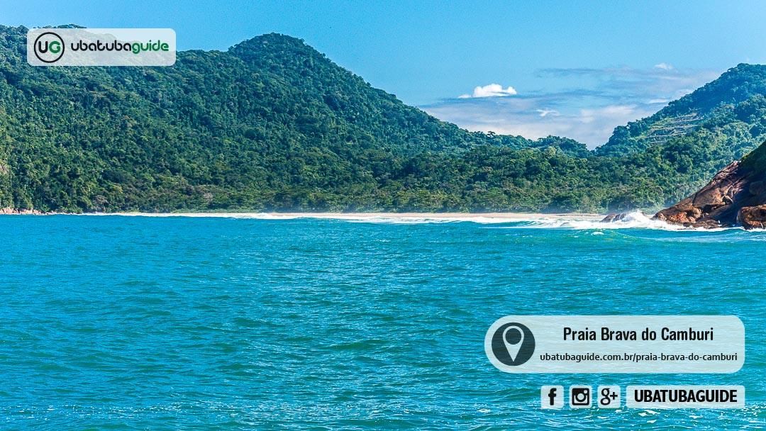 Ondas avançando para a Praia Brava do Camburi num registro feito a partir da Praia do Groza, capturando as ondas por trás