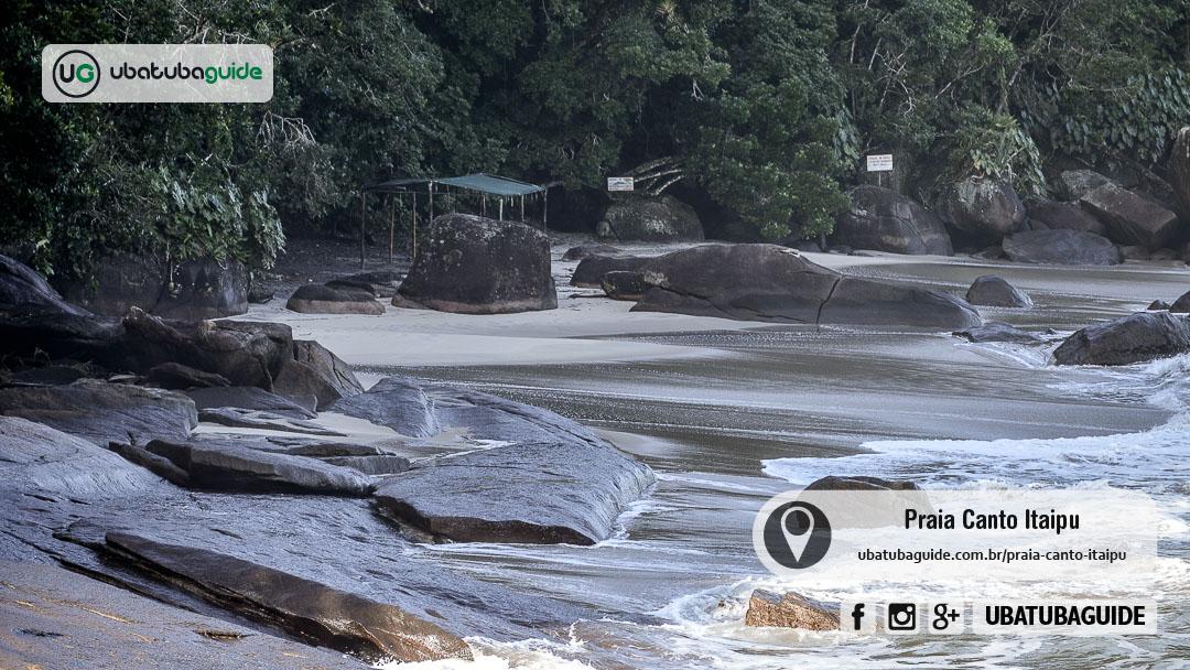 Grandes rochas distribuídas na orla da Praia Canto Itaipu, onde você pode ir rapidamente para a Ilha do Prumirim ao contratar um passeio de barco com valores acessíveis