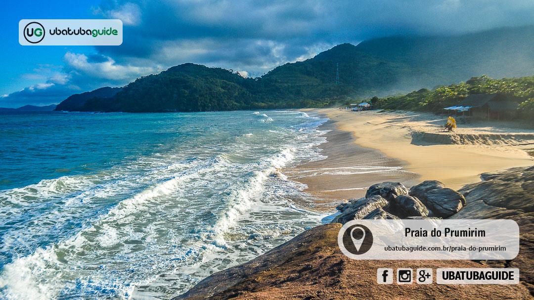 Orla completa da Praia do Prumirim, com o rio ao fundo, onde é possível contratar um passeio de barco para a Ilha do Prumirim e outros destinos próximos