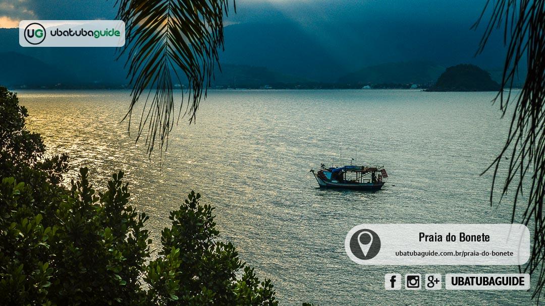 Embarcação de pesca solitária registrada a partir do trecho da trilha entre a do Bonete Grande a do Bonetinho, onde são oferecidos passeios de barco pelos próprios moradores