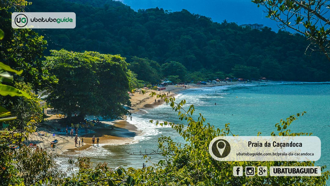 Orla da Praia da Caçandoca, completamente cercada pela mata e preservada, onde é possível conhecer praias próximas ao contratar um passeio de lancha ou de barco