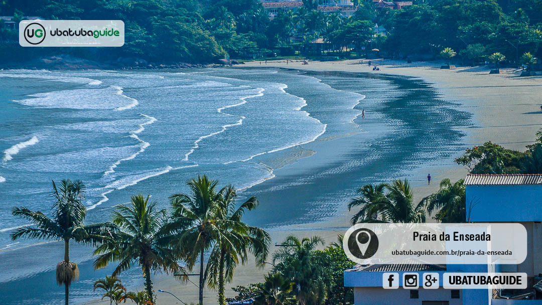 Orla da Praia da Enseada em Ubatuba registrada a partir do Mirante da Enseada, destacando as águas calmas, ideais para banho de mar e para seguir para o mar contratando um passeio de escuna ou de lancha