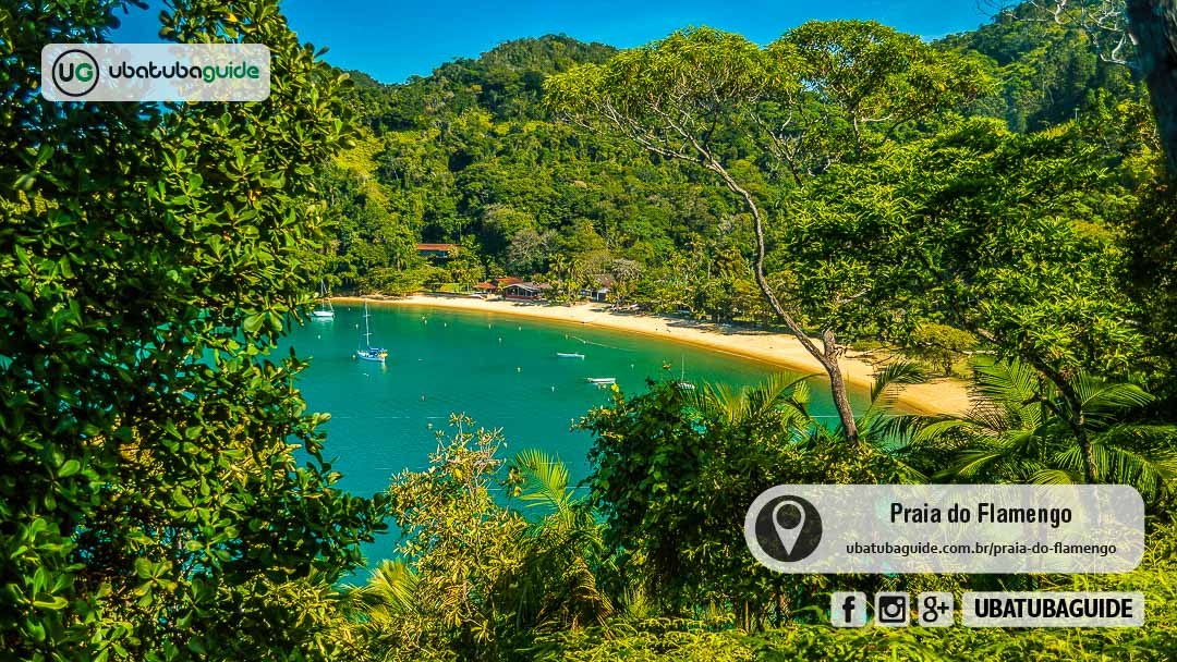 Veleiros e embarcações ancoradas na Praia do Flamengo, onde é possível tanto contratar passeio de lancha/barco para ir como também nela própria para visitar outros destinos