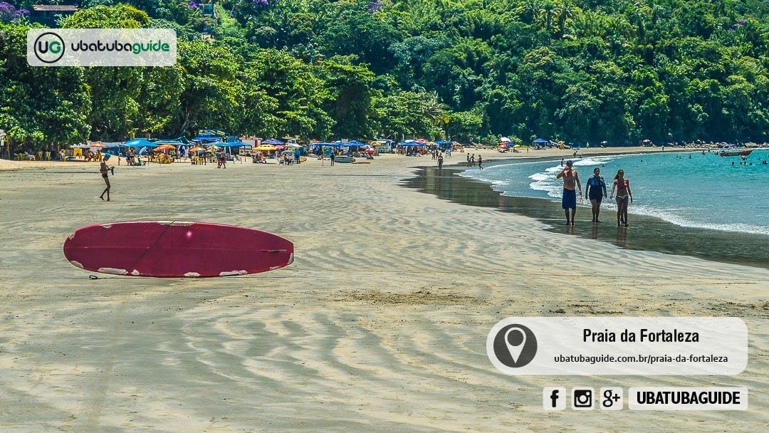 Mais afastada do agito e com uma piscina natural onde se pode avistar peixinhos, a Praia da Fortaleza é ótima para ir com a família e levar crianças