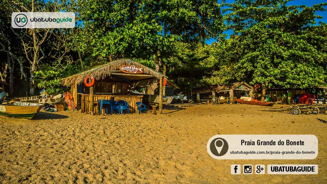 Quiosques e embarcações próximas dos ranchos de pescadores da Praia Grande do Bonete, a mais bem estruturada da Trilha das 7 Praias