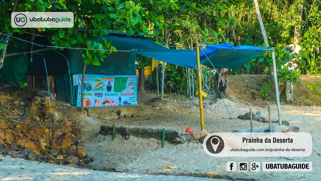 Na Prainhda da Deserta existe uma bica de água potável da serra e o único quiosque nesse trecho da Trilha das 7 Praias