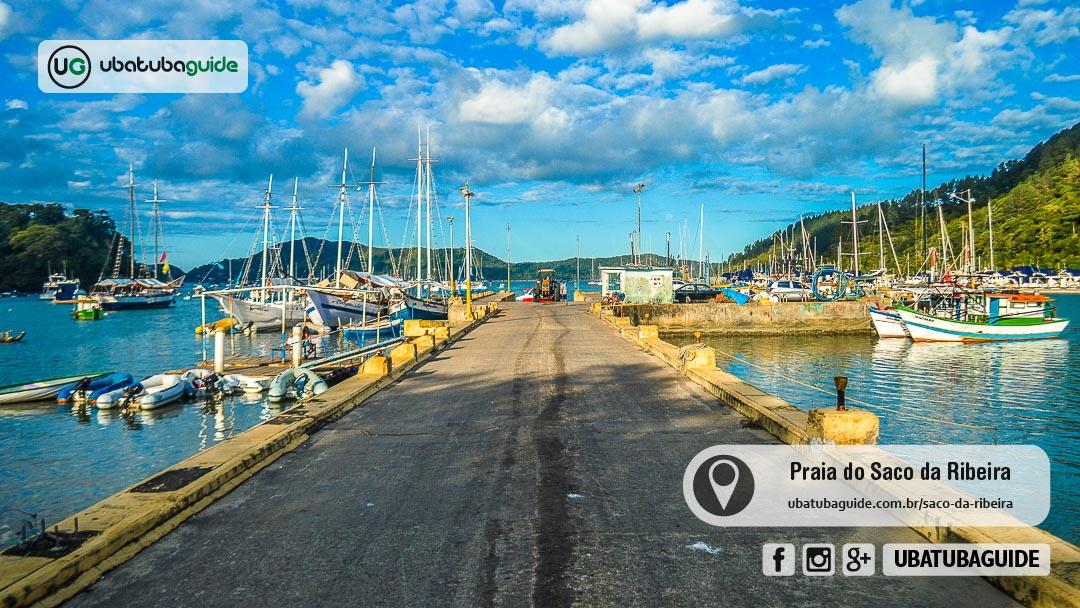 Centenas de embarcações variadas atracadas no Píer do Saco da Ribeira e ancoradas no entorno, muitas das quais são de empresas que oferecem passeios de lancha/barco em Ubatuba