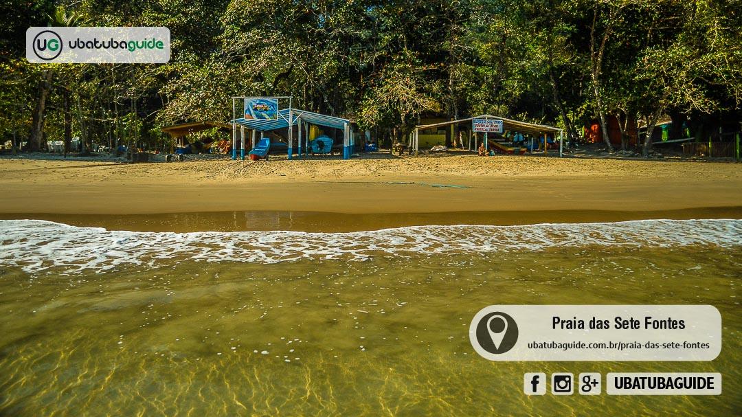 Tendas de quiosques e rancho de pescadores na orla da Praia das 7 Fontes, onde são oferecidos passeios de barco para retornar pelo mar da trilha ou até para conhecer praias próximas